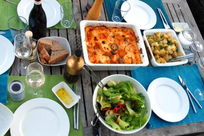 Bordet er dekket for en gresk aften på en kjøling sommerdag. Foto: Lise von Krogh