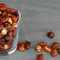 Sunt, godt, billig og hjemmelaget snacks - Honningristede kryddernøtter