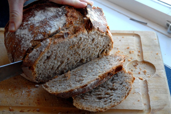 Husbonden kastet seg over det rykende ferske brødet. Foto: Lise von Krogh