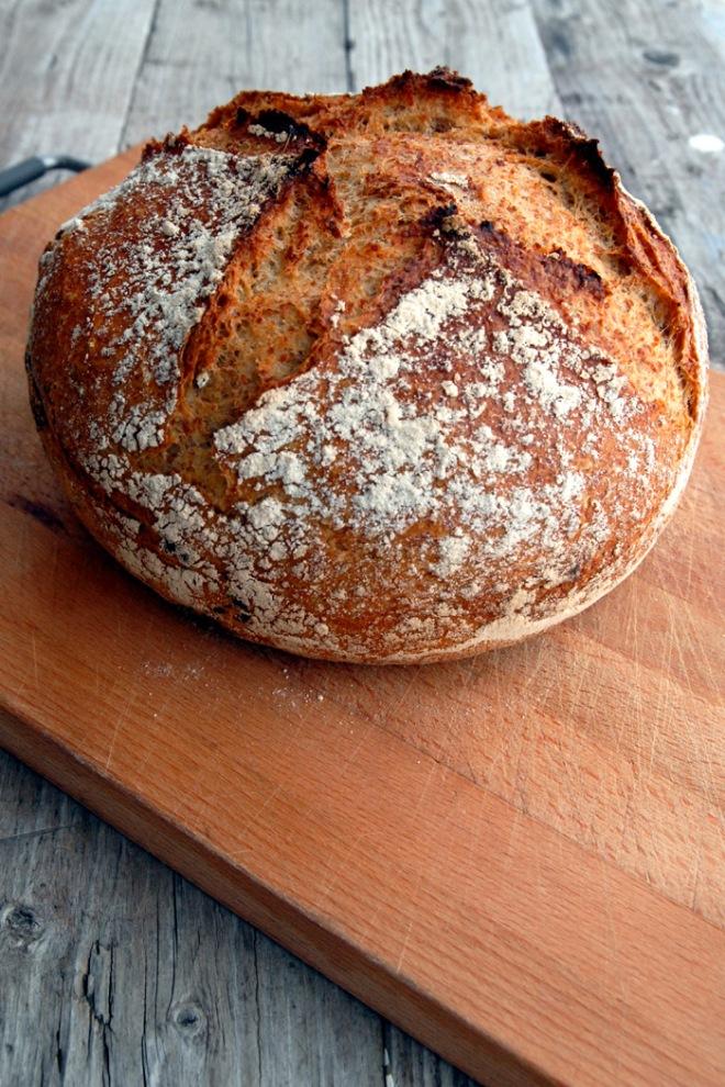 Et stor brød med ørlite gjær. I dette brødet brukte jeg 600 gram hvetemel og 400 gram grovmalt rug. Foto: Lise von Krogh