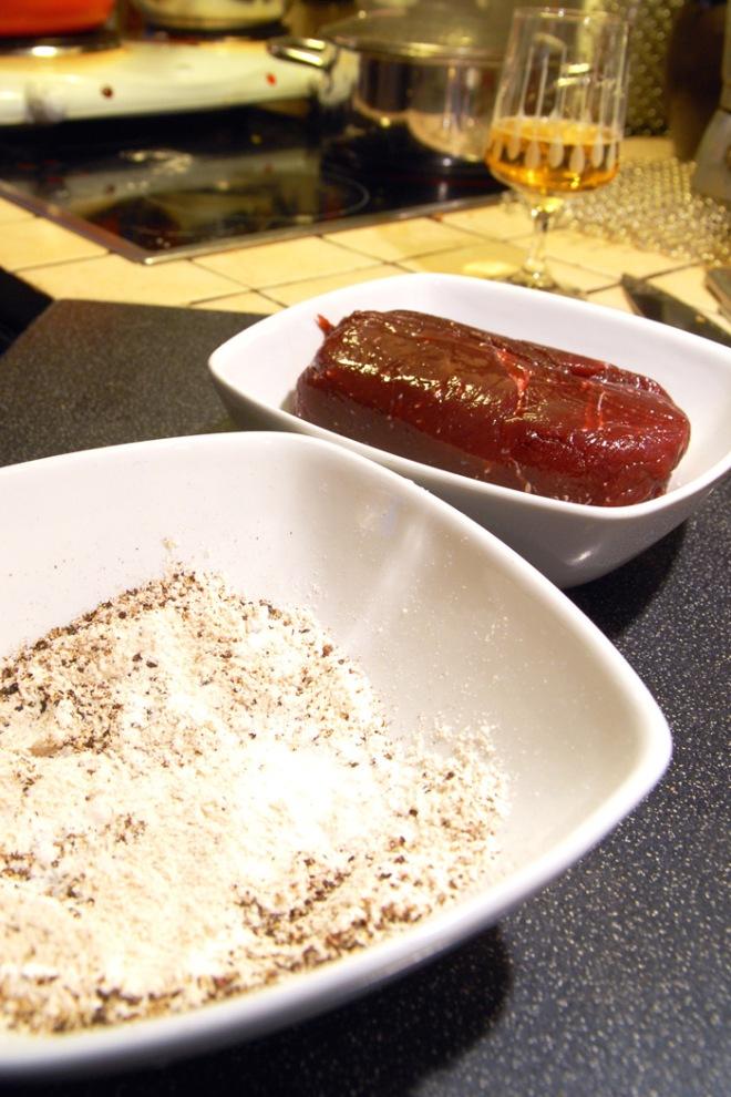 Jeg pleier å vende kjøttet i mel, salt og pepper som stekes og kokes i gryten. Foto: Lise von Krogh