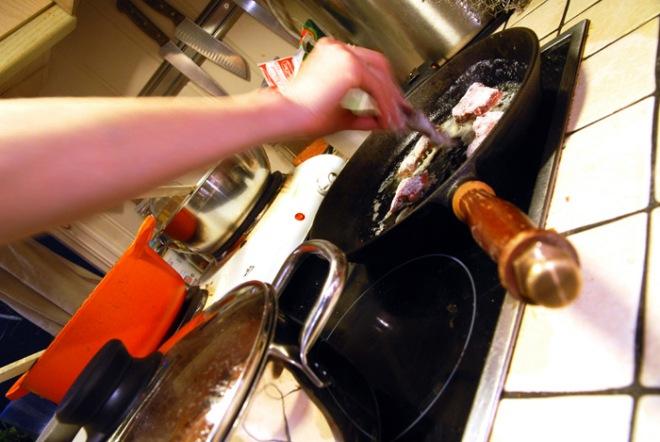 Hvalkjøttet får en rask omgang i stekepannen. Foto: Lise von Krogh