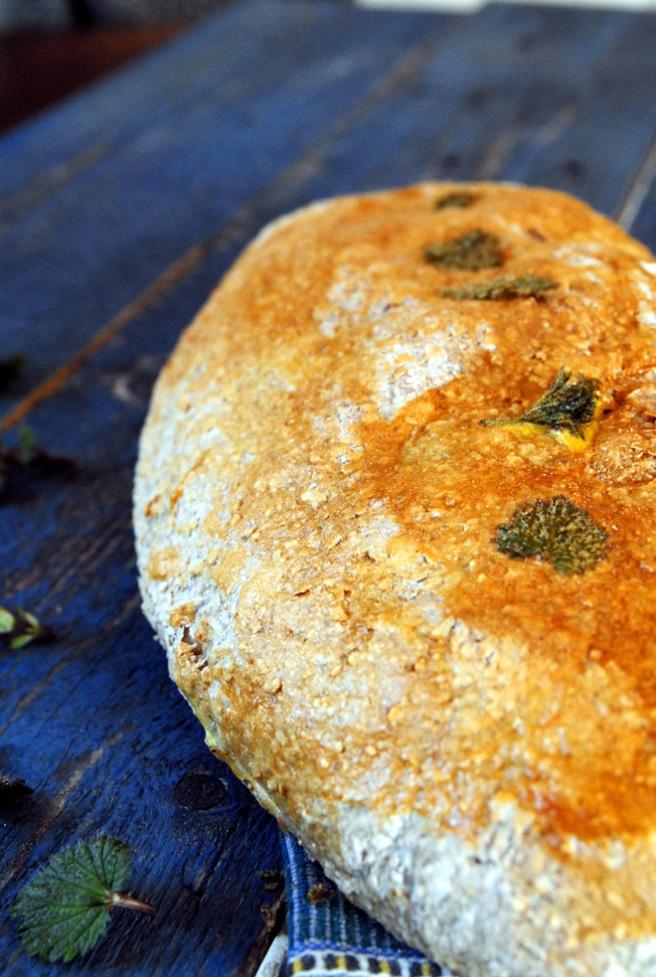Pynt brødene med ekstra nesleblader. Foto: Lise von Krogh