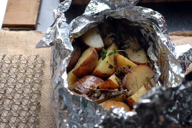 Skjær potetene i fire båter. Legg dem i aluminiumsfolie. Hell over litt olivenolje, ha på litt salt, pepper og timian. Pakk dem godt inn og sett dem inn i og ut av ovnen samtidig med kjøttet. Foto: Lise von Krogh