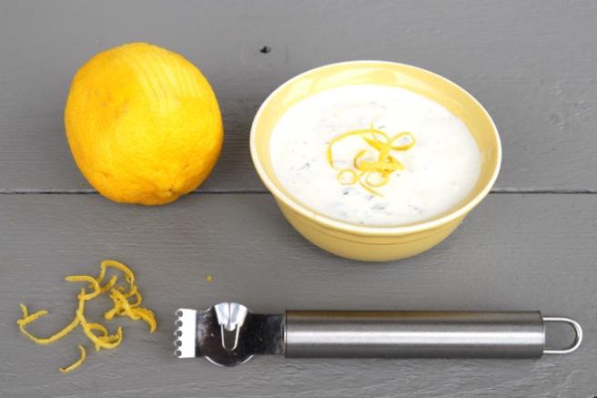 Sitronzest lager du ved å dra sitronskallskrelleren langs med skallet. Foto: Lise von Krogh