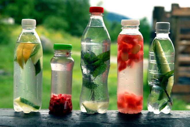 Kjenner du igjen flaskene? Hjemmelaget leskedrikke er både godt og sunt. Foto: Lise von Krogh