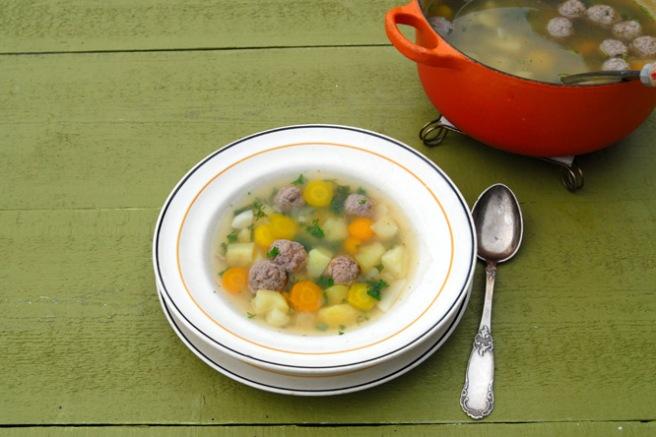 Deilig, mild grønnsakssuppe med minikjøttboller. Foto: Lise von Krogh