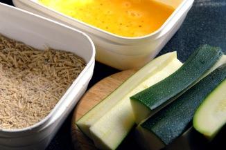 Squash-snacks lages nesten som fiskepinner, først dypper du i eggerøre og deretter i panering. Foto: Lise von Krogh