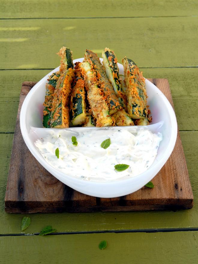 Deilige gratinerte squash-pinner med smak av chili og fennikel til yoghurtdipp. Foto: Lise von Krogh