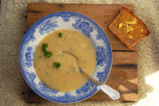 Potetsuppen smaker ekstra godt med nyristet brød i solveggen på en kald høstdag. Foto: Lise von Krogh