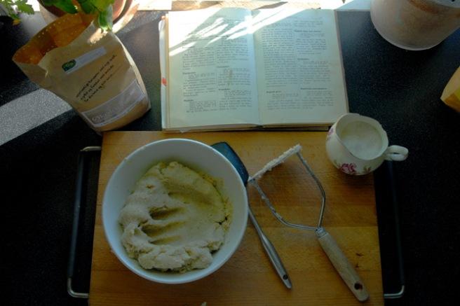Poteter, salt og mel samt en enkel oppskrift. Foto: Lise von Krogh