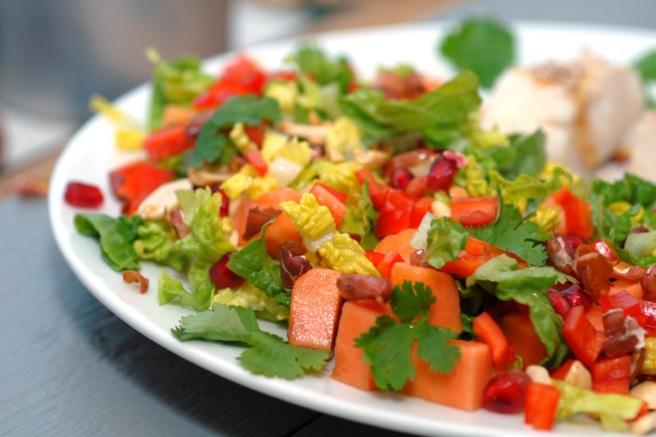 En salat som kombinerer grønnsaker og frukt er perfekt til hvit fisk og fugl. Foto: Lise von Krogh.