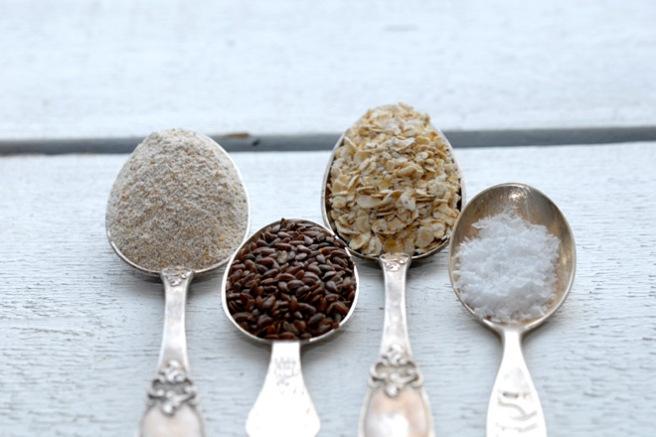 Rugmel, linfrø, havre og salt blir godt knekkebrød. Foto: Lise von Krogh