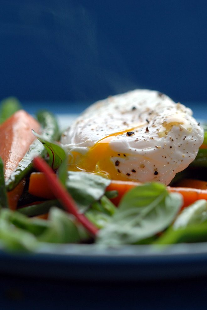 Det posjerte egget snittes. Foto: Lise von Krogh.