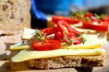 Gulost, paprika og karse smaker godt på brødet. Foto: Lise von Krogh.