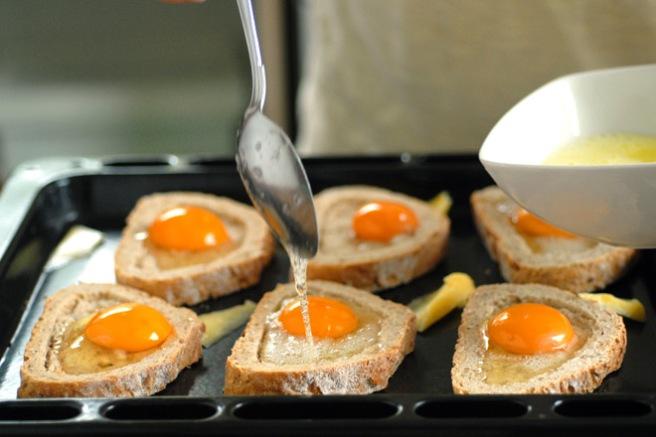 Eggehviten legges på. Foto: Lise von Krogh.