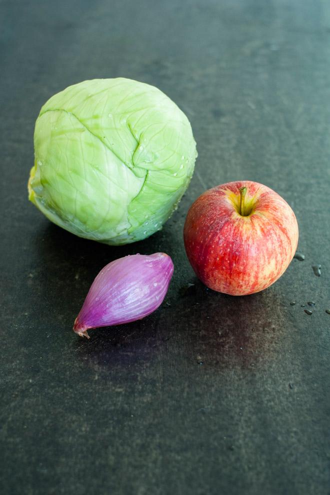 Kål, eple og sjalottløk. Foto: Lise von Krogh.