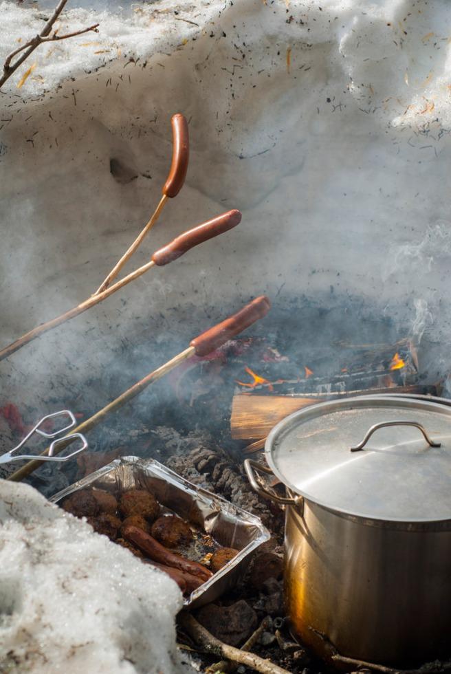 Mat på bålet. Foto: Lise von Krogh.