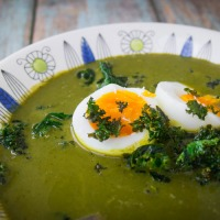 Klassisk grønnkålsuppe med 9-minutters egg og grønnkålchips