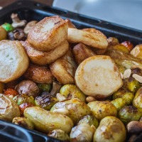 Rett i ovnen: Superenkel hverdagsmiddag med fiskekaker og grønnsaker
