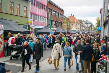 Hele storgata var full av matglade nordlendinger. Foto: Lise von Krogh.