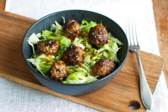 Kjekjøttboller på salat. Foto: Lise von Krogh ©