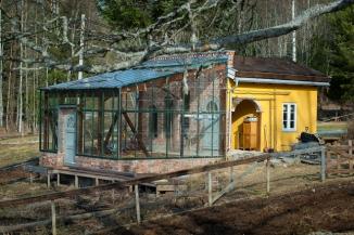 Birgitte og Arvid Udo de Haes har et selvbygd drivhus i tilknytning til kjøkkenhagen hvor de starter opp våren. Foto: Lise von Krogh ©