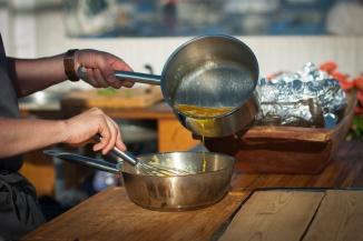 Rødseth demonstrerer hvordan man lager en god saus. Foto: lise von Krogh ©